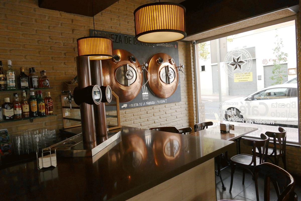 Panel de ladrillo visto en cafetería Benicasim