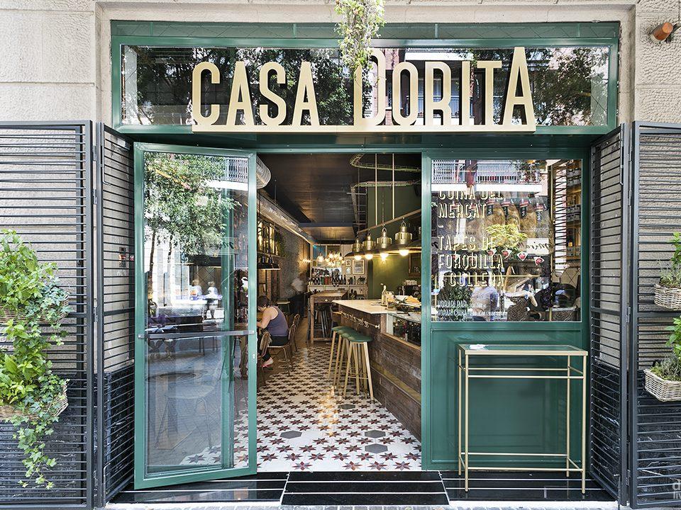 11 fachada restaurante estilo vintage con letras doradas decoracion old stones